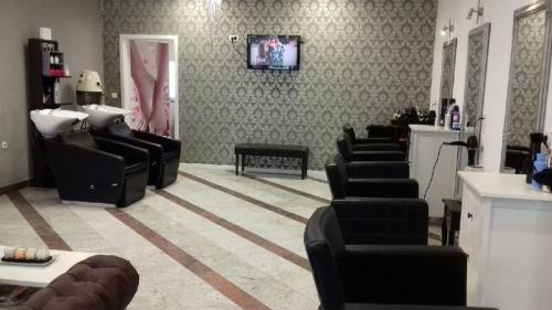 frizerska oprema namjestaj stolice glavoper frizerski salon  (1)